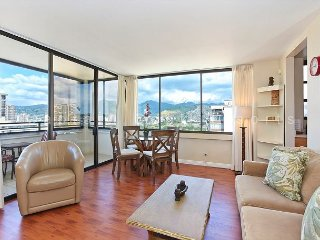 Mountain and Ocean Views, washer/dryer, WiFi, A/C, pool & parking!, Honolulu