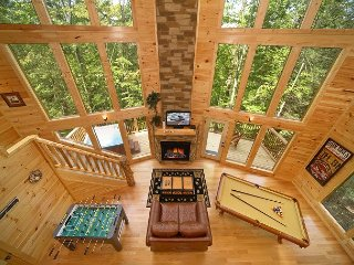 2 Bedroom Cabin with 28 Foot Wall of Glass Great Room and 18 Foot Rain Shower, Gatlinburg