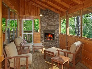 4 Bedroom Cabin with Screened in Porch and Outdoor Fireplace!, Gatlinburg