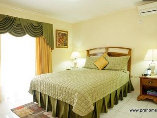 Kingston Jamaica Holiday Home - New Kingston Safe, Quiet, Contemporary and Elega
