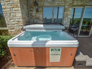 Appealing 3 bedroom townhome w/ hot tub offers stunning views!, McHenry