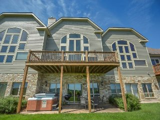 Appealing 3 bedroom townhome w/ hot tub offers stunning views!