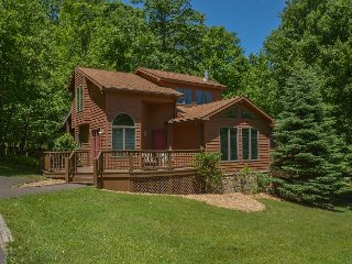 Beautiful & Bright 4 Bedroom Mountain Home in Tranquil Wooded Setting!