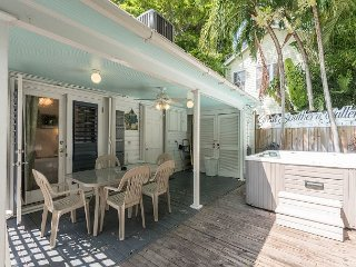 Amelia House- Private Hot Tub, Half Block To Duval St - Sleeps 8!, Cayo Hueso (Key West)