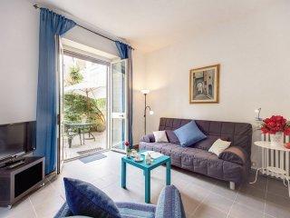 Spacious Aventine Garden apartment in Centro Storico with WiFi & privétuin.