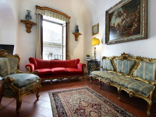 Lusso Toscano apartment in Oltrarno with WiFi, privéterras & lift.