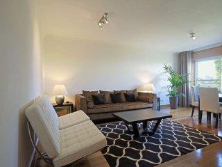 Green Avila apartment in Saldanha with WiFi, shared garden & lift.