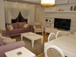 Spacious Fatih Lux Residence V apartment in Aksaray with WiFi, airconditioning & lift., Estambul