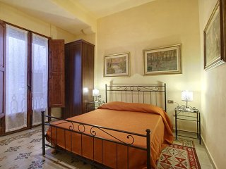 Spacious Neri II apartment in Santa Croce with WiFi & airconditioning.