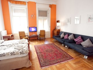 Operetta apartment in VI Terezvaros with WiFi & lift.