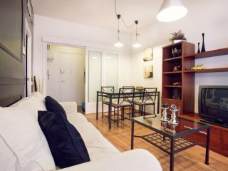 Camp Nou Familiar apartment in Les Corts with WiFi, air conditioning & lift.