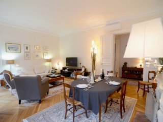 Spacious Champs Elysees apartment in 08eme - Champs  Elysees with WiFi, air cond