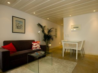 Alto Luz Oasis apartment in Bairro Alto with WiFi, private terrace & lift.