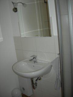 Das Bad, Waschbecken, mit Spiegel