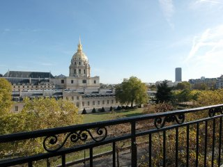 Spacious Dome des Invalides apartment in 07eme - Tour Eiffel with WiFi & balkon.
