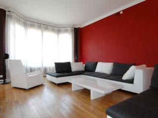 Spacious Etoile Monceau apartment in 08ème - Champs Elysées with WiFi & lift., París