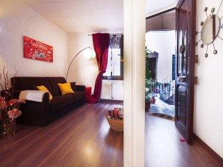 Sagrada Rossello apartment in Eixample Dreta with WiFi & shared garden.