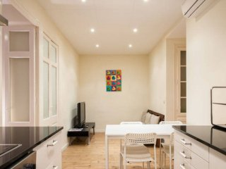 Piquer apartment in Poble Sec with WiFi, air conditioning, balcony & lift.