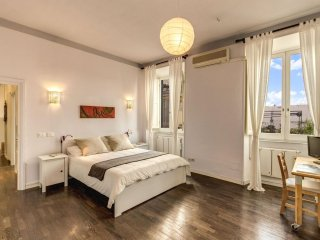Spacious Colosseum View Suite apartment in Centro Storico with WiFi, air conditi