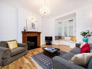 Spacious and contemporary basement apartment- Kensington, Londra