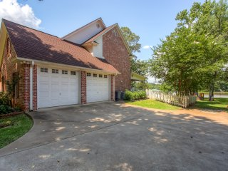 Dazzling 3BR Bullard House w/Wifi, Spacious Patio, Private Boat Dock & 1 Acre of Lakefront Property - Easy Access to Watersports, Golfing, Dallas Attractions & More!