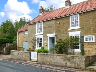 1 BELLE VUE period cottage, en-suite, woodburning stove, garden, in Osmotherley ref 934987