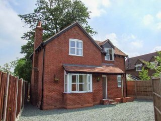 POPPY COTTAGE, quality detached cottage with hot tub, WiFi, woodburner, garden, Upton upon Severn Ref 936564
