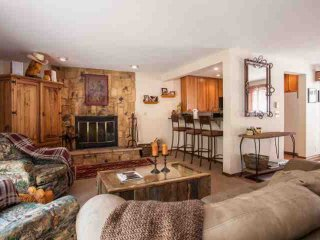 Short walk to Bus Stop, Easy Access to Vail Mountain, Private Hot Tub, Great for