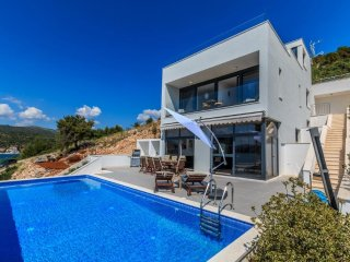Luxury Villa, 48 sq m Infinity Pool, Terraces, Great Sunset Views, 70m to Beach