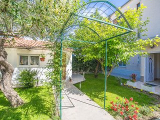 Apartment with garden view, Kastel Kambelovac