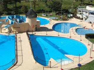 Cerca de la playa, preciosas piscinas con tobogan
