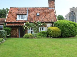 BRIAR COTTAGE close to beach, next to church, beautifully restored in Heacham, R