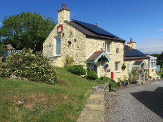 CROW'S NEST COTTAGE, pet friendly, with a garden in Tynygongl, Ref 3829, Benllech