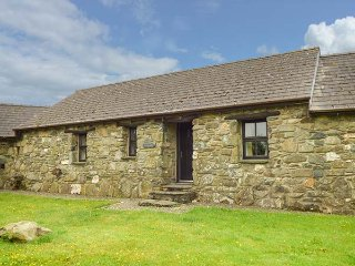 HONEYSUCKLE, stone barn conversion, ground floor, en-suites, walks from the door, near Newport, Ref 904045