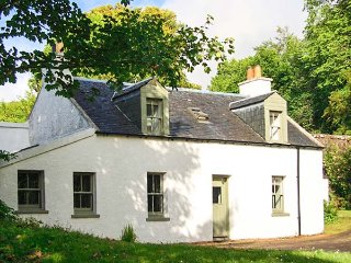 ROSE VALLEY COTTAGE, detached, in grounds of Dunvegan Castle, beside loch, Dunvegan, Ref 915416