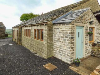 UPPER PEAKS BARNS, woodburning stove, pet-friendly, lawned garden, Meltham, Ref 921077