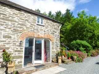 THE HAYLOFT, romantic, private patio, barn conversion, WiFi, pet-friendly, in Cerrigydrudion, Ref 923930
