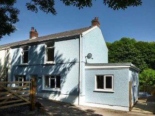 TY FRI COTTAGE elevated semi-detached cottage, woodburner, WiFi, pet-friendly, in Burry Port Ref 927078