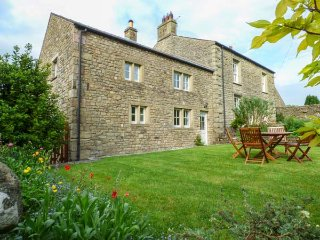 ELDROTH HOUSE COTTAGE, stone-built, woodburner, enclosed garden, pet-friendly, in Austwick, Ref 932220