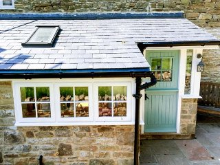 THE DALE COTTAGE, luxurious, end-terrace, pet-friendly, WiFi, in Allendale, Ref 933156