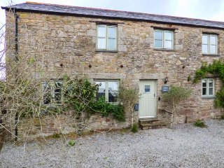LOWER WOODA BARN, grade II barn conversion, private garden, pet-friendly, WiFi, nr Bodmin Ref 933411