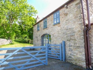 POPTY BACH, woodburning stove, pet-friendly, romantic retreat, Denbigh, Ref