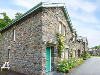 3 GLANRAFON, end-terrace, large garden, woodburner, in Llanwddyn, Ref 938326