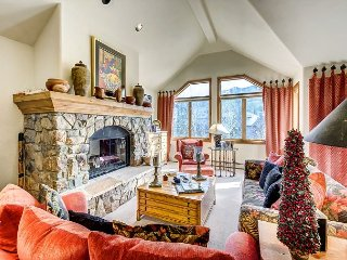 Cozy 4BR + Den Non-smoking Ski In/Ski Out Aspen Town Home in Beaver Creek, Avon