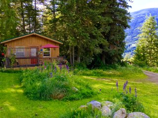 PET Friendly Mountainview Kootenay Rockies Cottage, Nelson