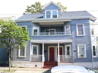 Renovated, 2nd Floor 3-4BR Near Historic District!, Salem