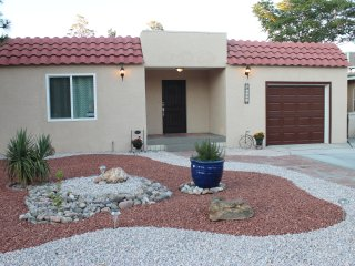 Renovated, near Nob Hill/KAB/VA Hosp, dog friendly, Albuquerque