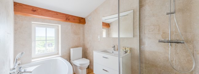 Upstairs queen/ twin ensuite