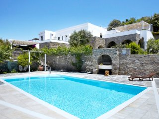 Villa Elea, Traditional House with Pool in Tinos, Exomvourgo