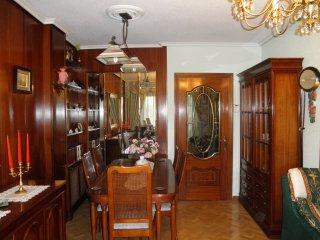 Apartamento amplio, equipado y bien comunicado.